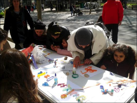 Les enfants et leur atelier Paperolle place Jean Jaurès